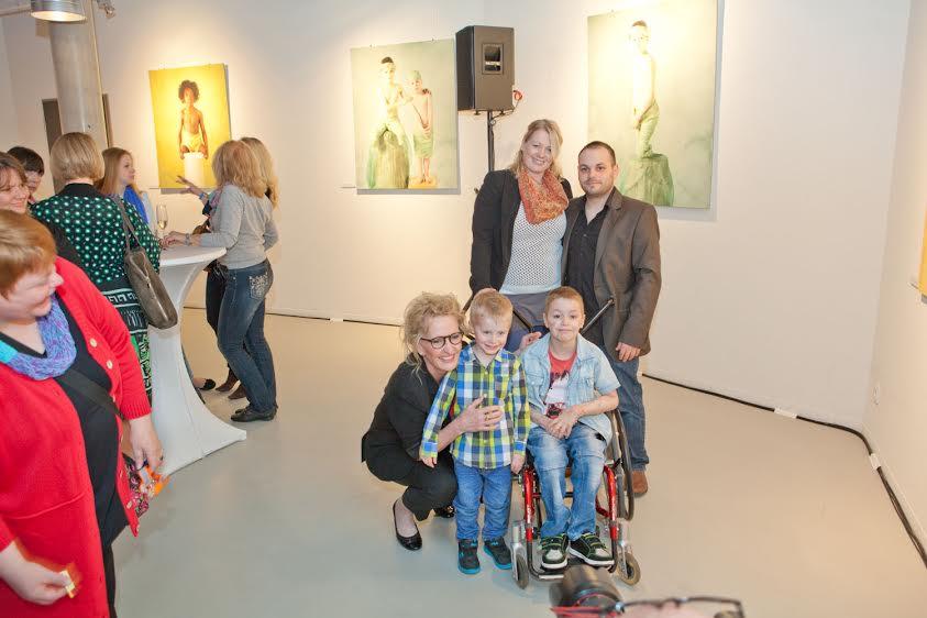 Fotografin Anne Geddes mit Elias und seiner Familie - und mir am Bildrand © Novartis / Ketchum Pleon GmbH